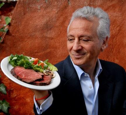 Pierre Dukan com um prato típico de sua dieta.