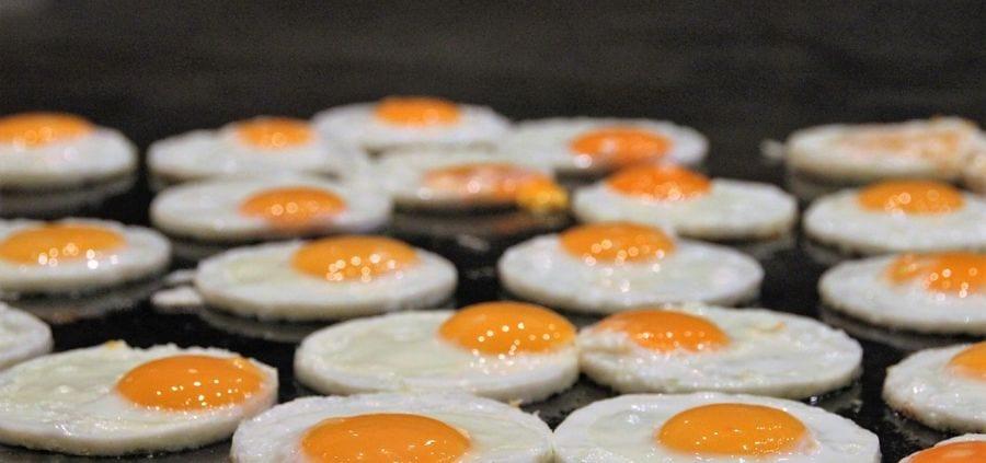 ovos são um clássico no café da manhã - podem ser preparados de qualquer maneira