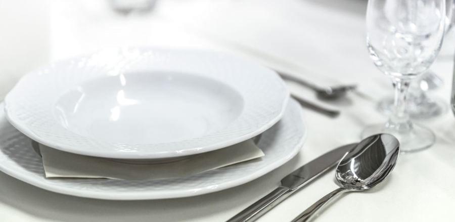 prato e copo vazios em cima da mesa para representar o jejum intermitente
